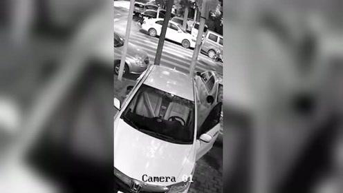 男子盗窃车内财物不成 烧车泄愤