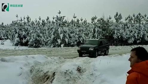 牧马人、帕杰罗、奔驰G和普拉多去雪地玩越野,一会差距就出来了