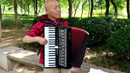 7旬老人拉手风琴61年:它比老伴强