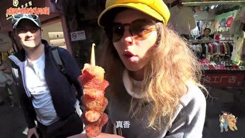 外国人爱吃上海小吃吗?一根烤香肠卖25元 俩人还抢着吃