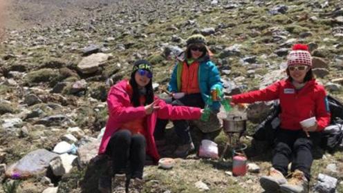 女子爬山时捡到一块酷似手指的石头 没想到价值不菲
