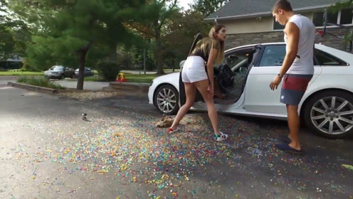 小哥恶搞女友,用100万水宝宝塞满奥迪,女友的反应让人意外!