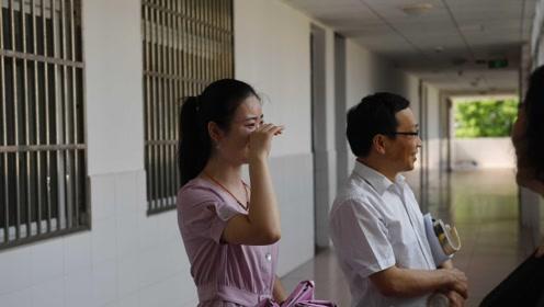 女孩毕业八年后重返毛坦厂中学,站教室前落泪:当年高考犹如昨天