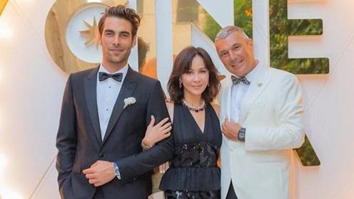 大出风头?刘嘉玲妩媚现身珠宝活动,左拥右抱两外籍男士不避嫌