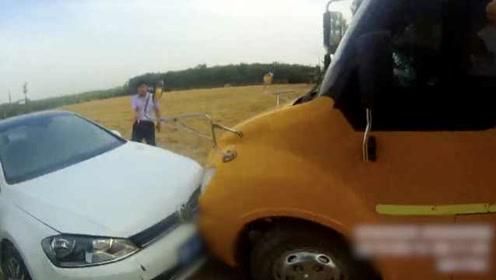 """他驾套牌""""黑校车""""遇查,不顾车上孩子撞警车逃窜"""
