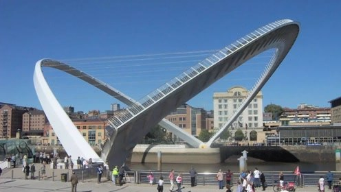 """耗资3亿的""""翻脸""""桥,无数游客排队等候,只为看它翻脸"""