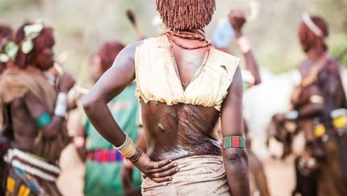 非洲的畸形求爱方式,女子恳求男子鞭打?网友:爱越深,痛得越深
