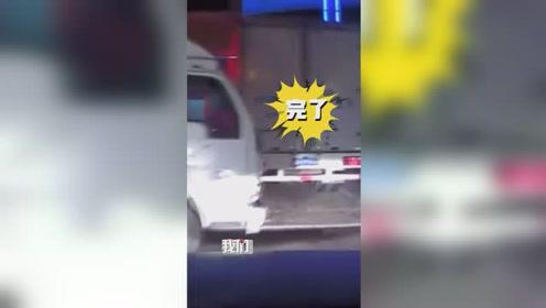 新手司机油门当刹车连撞5车 丈夫在旁绝望连吼