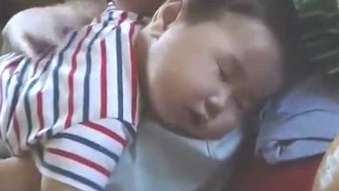 贴心哥哥哄弟弟入睡,抱着弟弟轻拍背部,太暖心了!