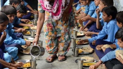 印度人吃什么都是用手抓,结果中国朋友请他吃火锅,有意思了!