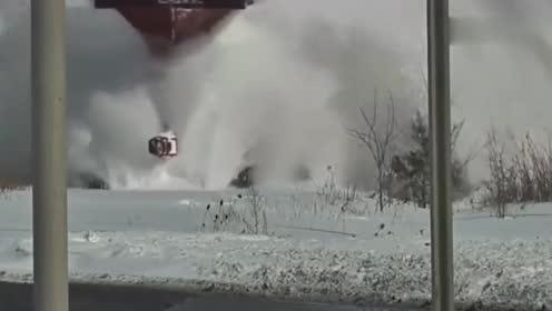 再厚的雪都没见过火车封路,原来是靠这个除雪神器,终于解开疑惑