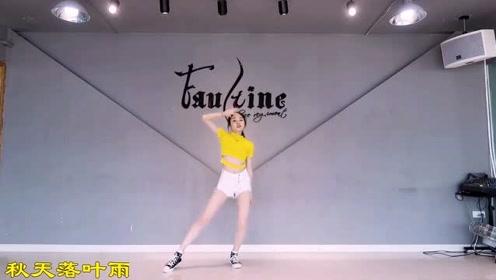 小师妹婷婷又来了,这次还是在工作室热舞Twice-Fancy