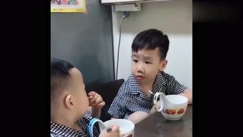 自从二胎生了个弟弟,5岁哥哥真是有苦说不出,这一幕原谅我笑了