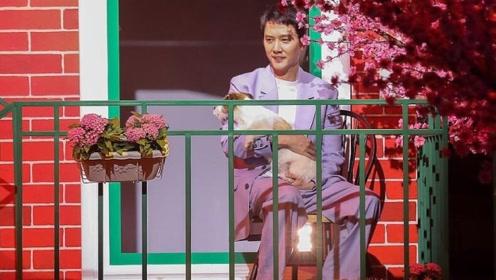新晋奶爸冯绍峰抱狗姿势像抱娃,与粉丝大玩自拍笑容满面