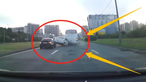 奔驰车主150码超速超车!径直撞上公交车,这是赤裸裸的谋杀?