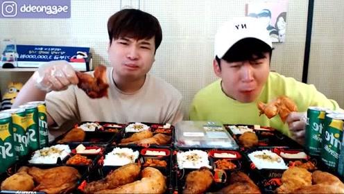 韩国兄弟俩一起吃鸡腿盒饭,满满一大桌子,网友:可真能吃