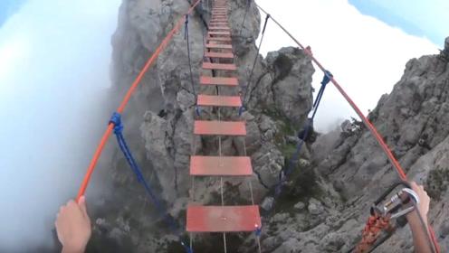 世界最恐怖的吊桥,建在1300米高空,踩上去腿发软