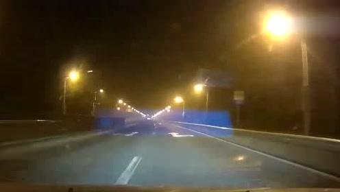 路口红灯,五菱神车突然来了一波神操作,厉害了