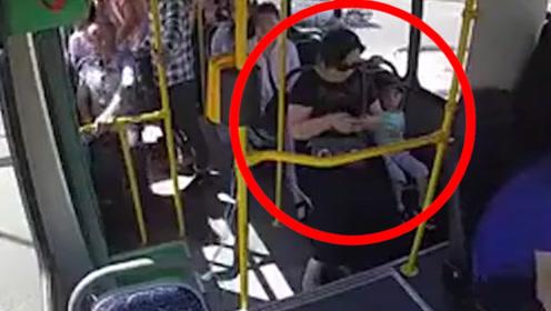 公交司机下车忘拉手刹致溜车,母子慌张下车被卷入车底碾压