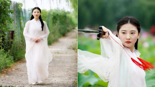 美女逃离城市闭关练剑,穿古装扮女侠过江湖人生活