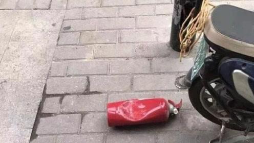 郑州13岁男孩高楼扔灭火器,遭全体住户驱赶,男孩父母登门致歉