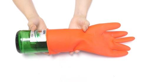 橡胶手套破了不要扔,把它套在啤酒瓶上,没想到还有这么棒的作用
