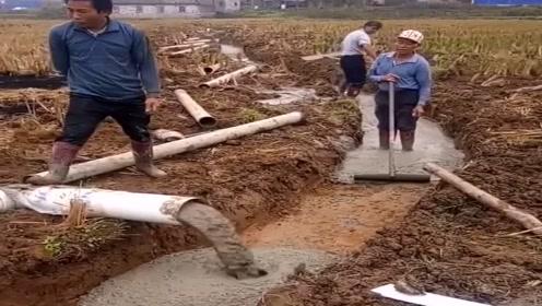 现在的民工不难当,水泥都用机器抽了,真会省事!