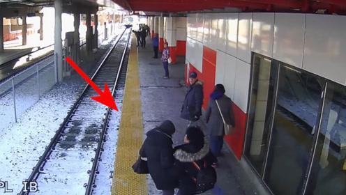 列车还差5秒到站,女子却突然将老人推下站台,监控拍下惊险瞬间