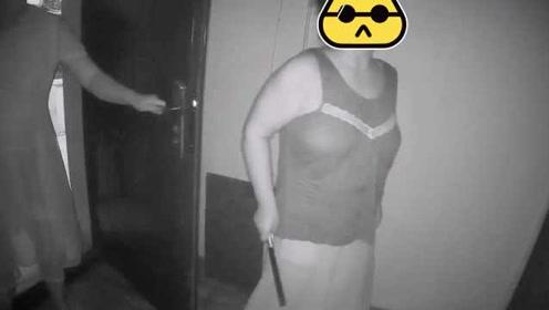这暴脾气得改!嫌楼上太吵,女子挥刀砸门推搡民警被刑拘