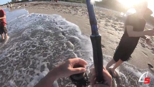 几个外国人一起来到海边玩,光着脚在钓鱼,真有趣!