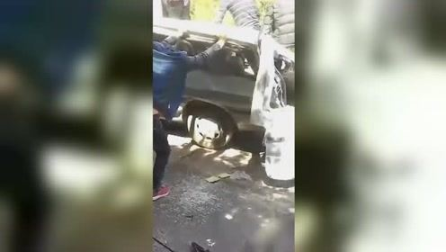 四川一面包车翻下公路路基 车身损坏惨不忍睹