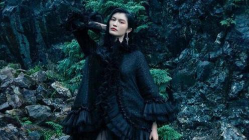 何穗不愧是超模,穿黑色荷叶边外套配长筒靴,30岁美成精灵