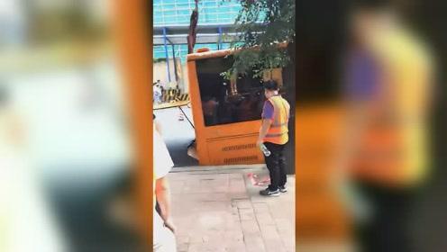 深圳一路口突发塌陷 公交车后车轮陷3米大坑
