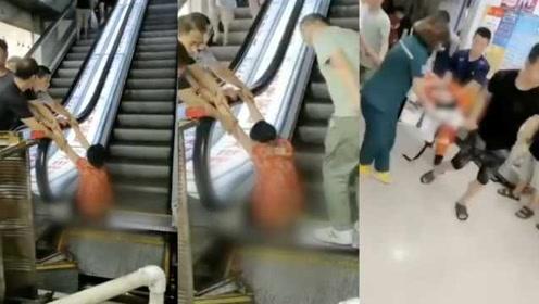 """电梯又""""吃人""""!老太双腿不慎卡入商场扶梯,左腿被截断"""