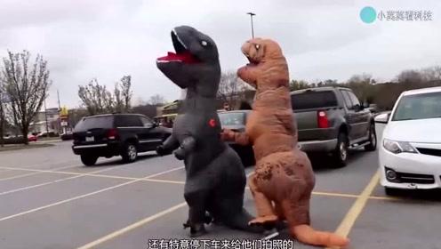 100只恐龙走在街头被交警拦下,熊孩子们却很欢乐!