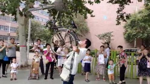 厉害!铲车司机牙齿好,嘴叼50斤自行车坚持10秒还能转圈