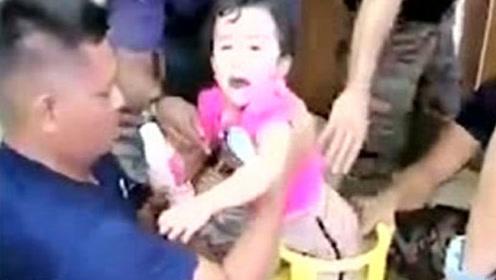 3岁女孩被卡煤气罐中吓得嚎啕大哭 ,最后幸得消防员解救