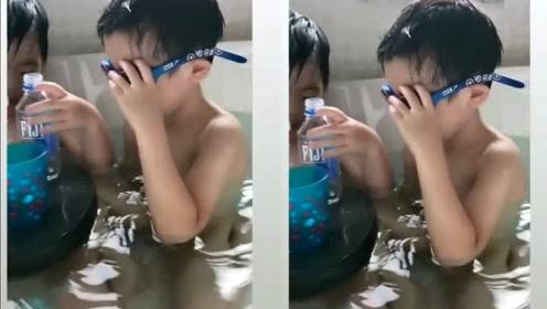 林志颖双胞胎浴缸里玩水,小儿子睫毛抢镜,睡觉还抱蛙镜酷爱游泳