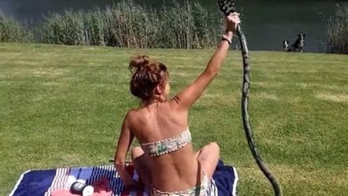 面对突然闯入的眼镜蛇,俄罗斯美女的做法太让人佩服了