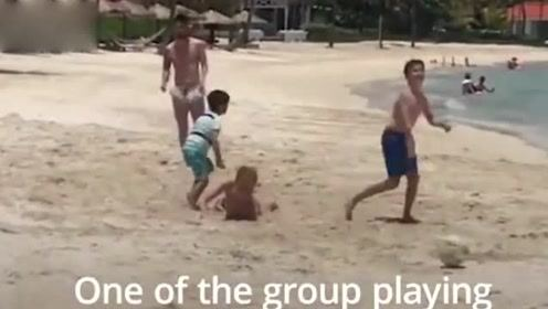 """男孩海边偶遇梅西并在一起踢球游泳,""""这太不可思议了"""""""