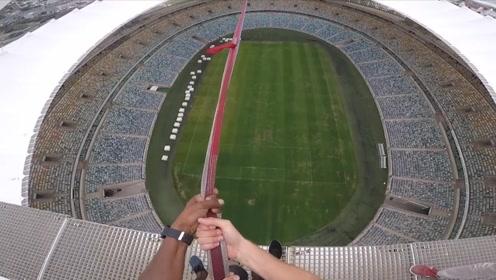 老外从85米高足球场上一跃而下,只用一根安全绳,腿都吓软了