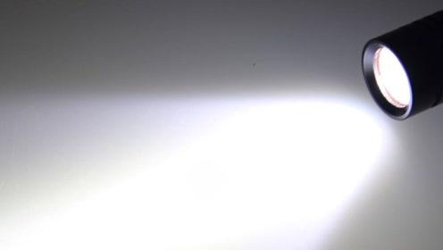 在地球上打开手电筒,这束光会达到哪里?会到宇宙中吗?