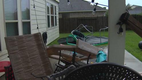 强风暴袭击美国休斯顿地区,蹦床瞬间被风暴吹走,砸坏房屋和玻璃