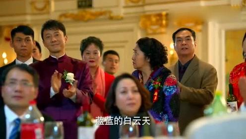 新郎官尴尬站着:妻子和前夫甜蜜对唱,众人起哄集体鼓掌!