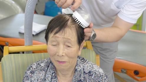 日本大叔奇葩发明,躺在床上洗头,还能滴水不漏