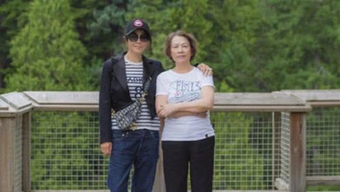 53岁刘嘉玲走吊桥晒美照身姿轻盈不惧高 妈妈与其同框似姐妹