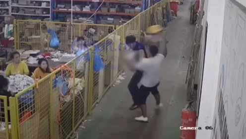 温州一外卖小哥持头盔飞身暴打客户头部:你们都是大爷!