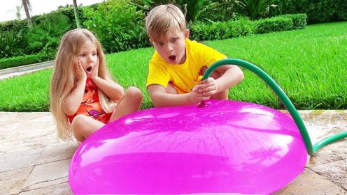 小家伙们往水球内灌水,后来玩起充气堡,真是寓教于乐!