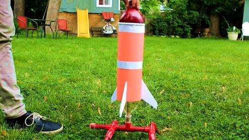 牛人用水做的火箭照样能飞上天!看完不禁手痒也想做一个