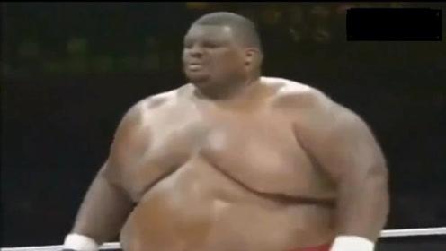 """蚂蚁绊大象?亚洲拳手挑战非洲600斤""""巨无霸"""",吓得裁判喊停"""